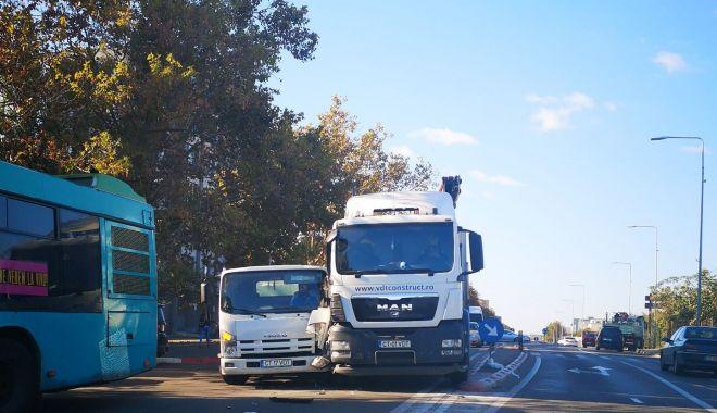 Foto: Accident rutier mai puţin obişnuit, pe bulevardul Aurel Vlaicu. Traficul este îngreunat!