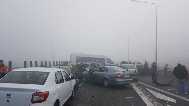 Foto: Accident în lanţ pe autostradă! Opt maşini s-au ciocnit