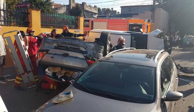 Foto: Grav accident rutier în Constanţa. Două maşini s-au răsturnat