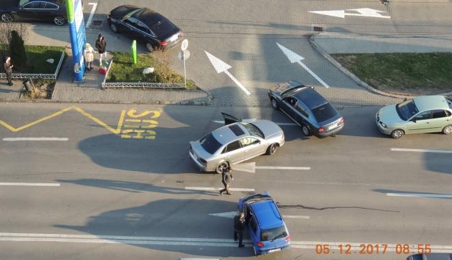 ACCIDENT RUTIER în zona Boema. Un şofer imprudent tăiat linia continuă - acc2-1512465079.jpg