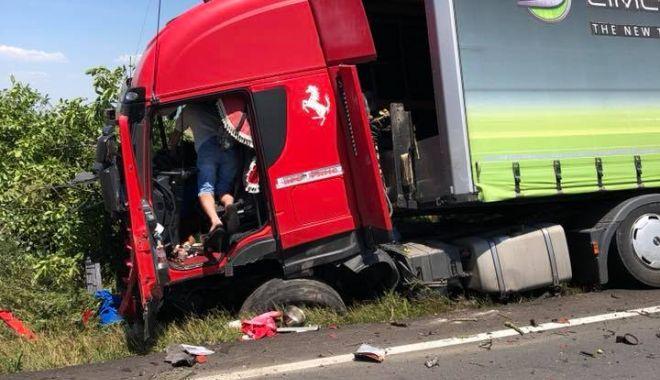 IMAGINI ŞOCANTE! TRAGEDIE la Constanţa. Maşină spulberată de un tir. O persoană a murit - acc2-1529486748.jpg
