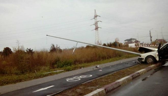 Foto: ACCIDENT LA NĂVODARI / DOSAR PENAL pentru şoferul care s-a izbit cu maşina în stâlp. Ce au descoperit poliţiştii
