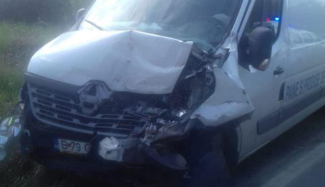Foto: Neatenţie pe DN 39. A intrat cu maşina cu pâine în utilajul de la Drumuri şi Poduri