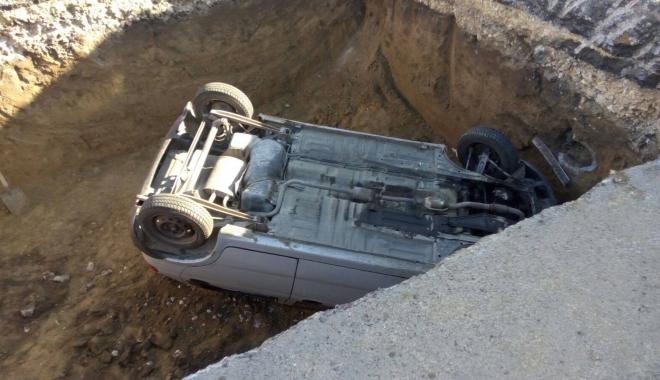 GRAV ACCIDENT RUTIER, la Constanţa. Matiz căzut într-o groapă de 5 metri, pe bd. Aurel Vlaicu. Un muncitor, la un pas de a fi strivit! - acc3-1509521707.jpg