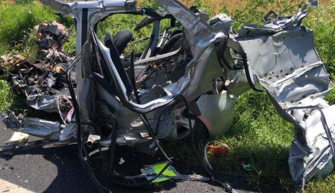 IMAGINI ŞOCANTE! TRAGEDIE la Constanţa. Maşină spulberată de un tir. O persoană a murit - acc3-1529486706.jpg