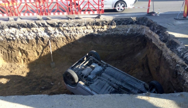 GRAV ACCIDENT RUTIER, la Constanţa. Matiz căzut într-o groapă de 5 metri, pe bd. Aurel Vlaicu. Un muncitor, la un pas de a fi strivit! - acc4-1509521716.jpg