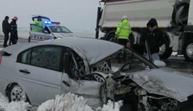 Foto: ACCIDENT RUTIER cu două victime, la ieşire din Hârşova. Sunt implicate mai multe maşini şi un TIR