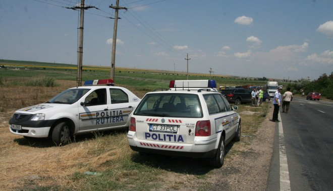 Foto: S-au răsturnat cu maşina pe drumul ce leagă Ovidiu de Mihail Kogălniceanu