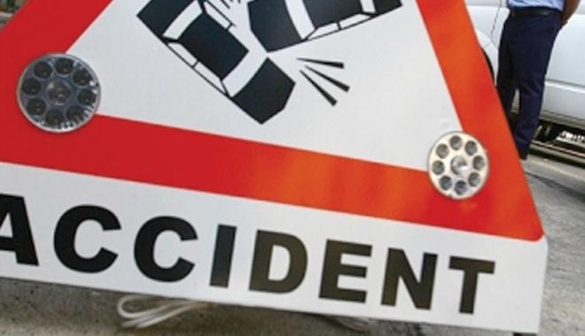 Foto: Accident cu un mort şi 3 răniţi. Microbuz de călători, lovit de TIR