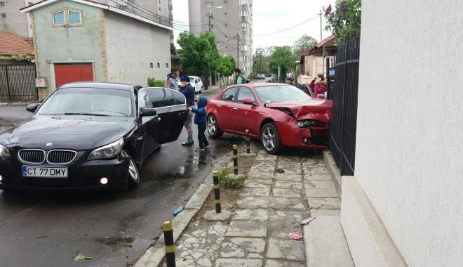 Foto: Accident pe strada Petre Papadopol, din Constan�a. Un �ofer a intrat �n gardul unei case