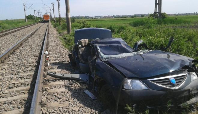 Foto: Accident cumplit, la trecerea de cale ferat�. O mașin�, strivit� de tren: 2 morți și un r�nit grav