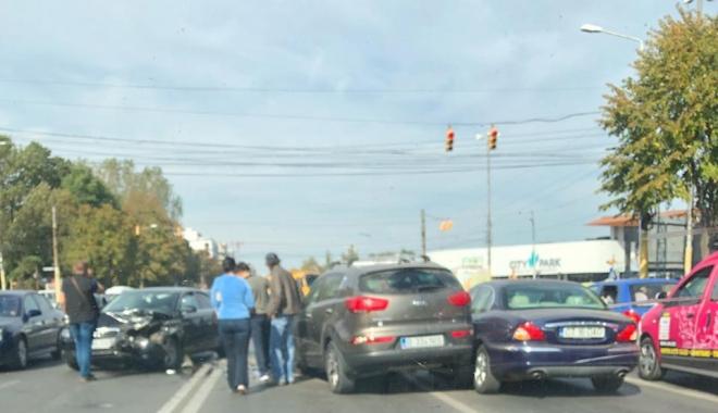 Accident între 3 autoturisme, pe bulevardul Alexandru Lăpuşneanu. Traficul este îngreunat