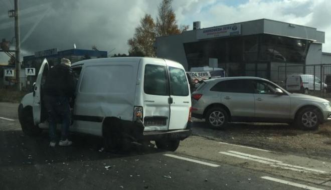 Foto: Atenţie, şoferi! Accident rutier la ieşire din Constanţa