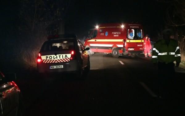 Foto: Un mort şi patru răniţi, după ce o maşină s-a izbiut într-un gard