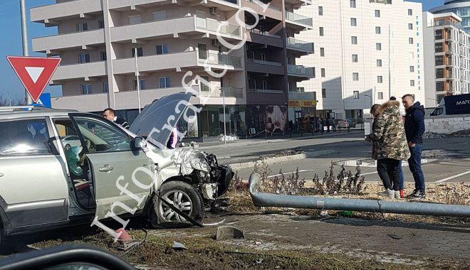 Foto: Accident pe bulevardul Mamaia. Un șofer a dărâmat doi stâlpi