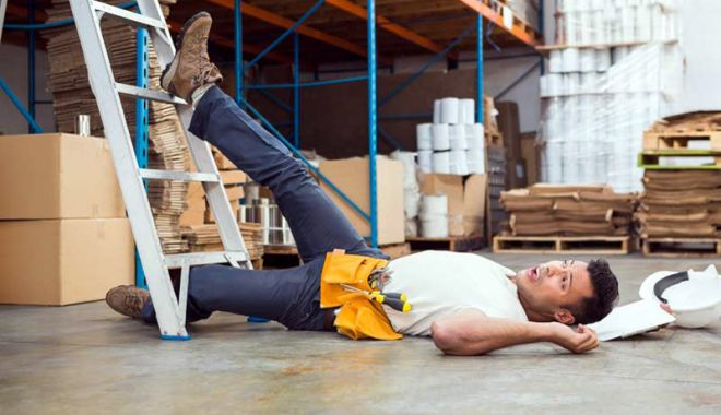 Foto: Accident  la locul  de muncă. I-a sărit detartrant în ochi