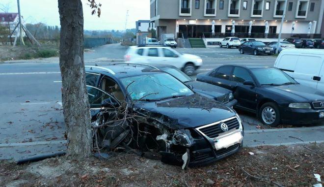 Foto: Accident grav la Constanţa. Un şofer băut a intrat cu maşina în copac şi în două maşini parcate