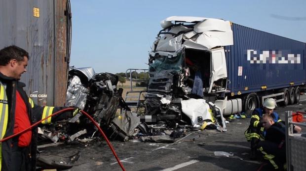Foto: Carnagiu în Germania: 4 români au murit după ce mașina lor a fost prinsă între două TIR-uri