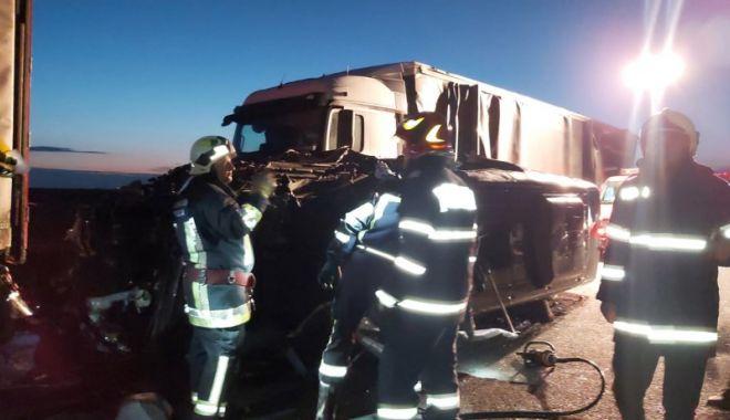 Accident grav pe A1! Un mort și 16 răniți grav după ce un microbuz a intrat într-un TIR - accident-1623650409.jpg