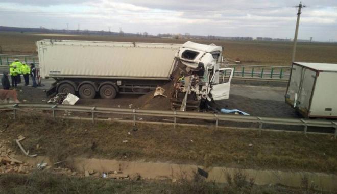 Foto: Grav accident rutier pe Autostrada Soarelui. Un mort  şi trei răniţi