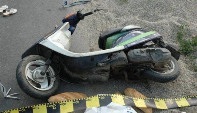 """Foto: A intrat cu motoscuterul în gard! """"Şoferul"""", beat şi fără permis. Vehiculul, neînmatriculat!"""