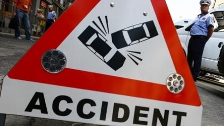 Foto: 21 de persoane, rănite după ce autocarul lor s-a răsturnat