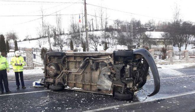 Foto: Un microbuz în care se aflau mai mulţi adulţi şi doi copii s-a răsturnat din cauza vitezei neadaptate