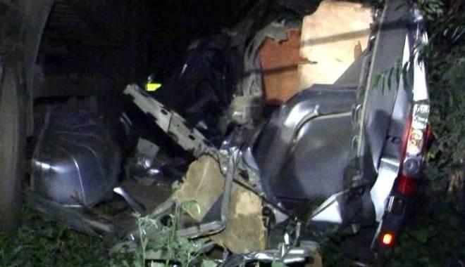 Foto: Accident rutier grav / Trei MORŢI şi şase RĂNIŢI după ce o dubă s-a izbit într-un TIR