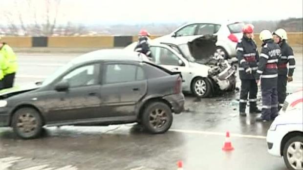 Foto: Adolescent de 16 ani, MORT, după ce s-a urcat la volan şi a intrat în stâlp. Prietenii săi, răniţi