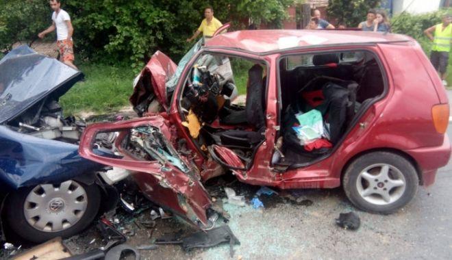 Foto: Două persoane decedate şi una grav rănită, după ciocnirea frontală a două autoturisme