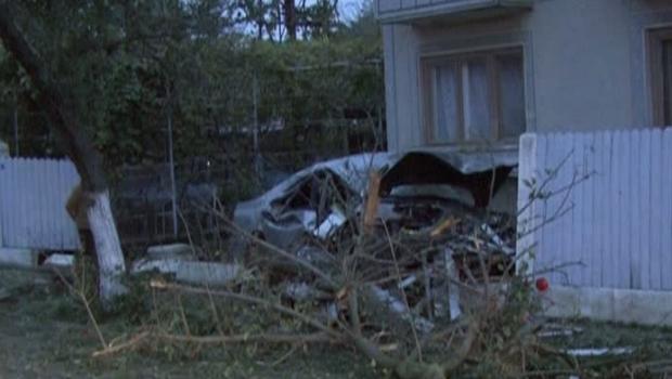 Foto: Tragedie rutier�. Un t�n�r de 19 ani a murit pe loc, iar al�i doi au ajuns �n stare grav� la spital