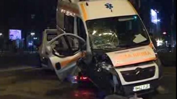 Foto: Ambulanţă în misiune, proiectată în stâlp de un bolid condus de un tânăr