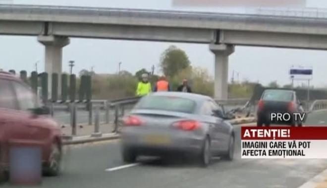 Foto: IMAGINI ŞOCANTE PE AUTOSTRADĂ! Angajat de la Drumuri, spulberat de o maşină în timp ce curăţa carosabilul după un accident