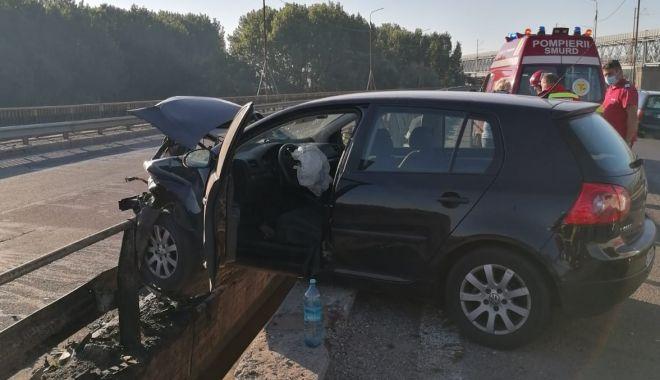 Foto: Mașină suspendată pe parapet, pe Autostrada Soarelui