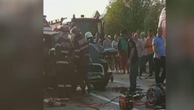 Foto: GRAV ACCIDENT RUTIER! Două persoane au fost descarcerate, după ce maşina lor a intrat sub un TIR