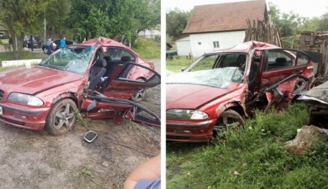 Foto: Un copil de 11 ani a rămas încarcerat, după ce maşina s-a făcut praf în urma unui accident rutier