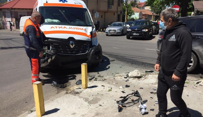 GALERIE FOTO / UPDATE. AMBULANȚĂ IMPLICATĂ ÎNTR-UN ACCIDENT, în Constanța! - accidentambulanta1-1589364063.jpg