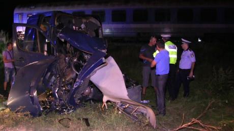 Foto: Microbuz spulberat de tren! Cel puțin 4 morți, plan ROȘU de intervenție