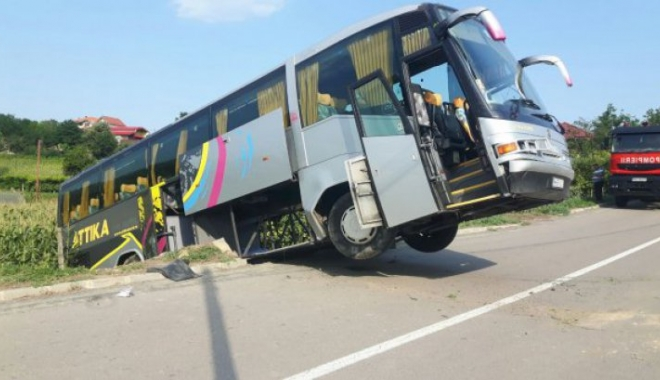 Foto: Accident cumplit în Tulcea: Un autocar cu aproape 40 de persoane la bord s-a răsturnat