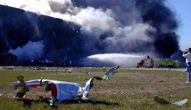 Foto: Accident aviatic grav. Un avion s-a prăbuşit peste două locuinţe