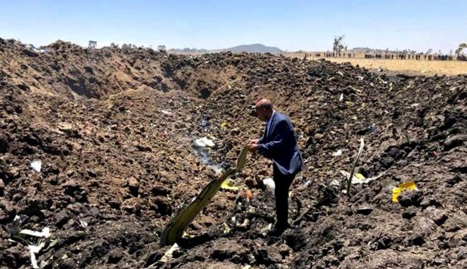 Foto: Familiile victimelor accidentului aviatic din Etiopia primesc câte un sac de pământ din partea autorităților