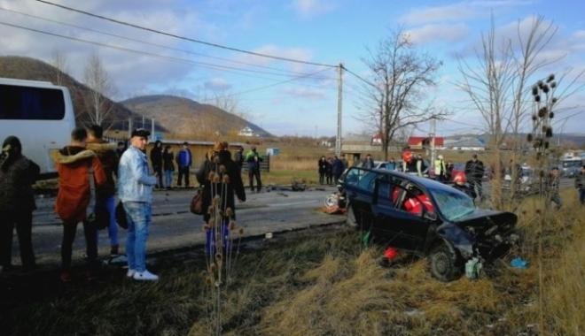Foto: PLAN ROŞU DE INTERVENŢIE! 10 victime, după ce un autoturism şi un autocar s-au ciocnit