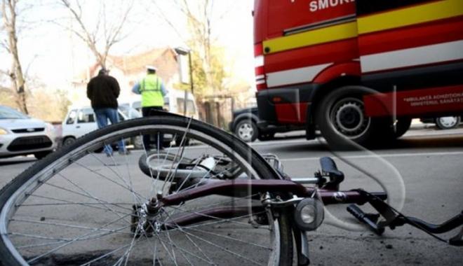 Foto: Un biciclist a murit după ce s-a dezechilibrat din cauza vântului şi a fost lovit de o maşină