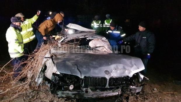 Foto: DOI MORŢI ŞI UN RĂNIT, în urma unui ACCIDENT. Maşina, scoasă cu buldozerul