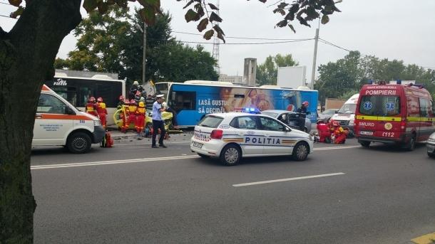 Foto: Accident provocat de un șofer urmărit de poliție. Doi răniți, cinci mașini lovite
