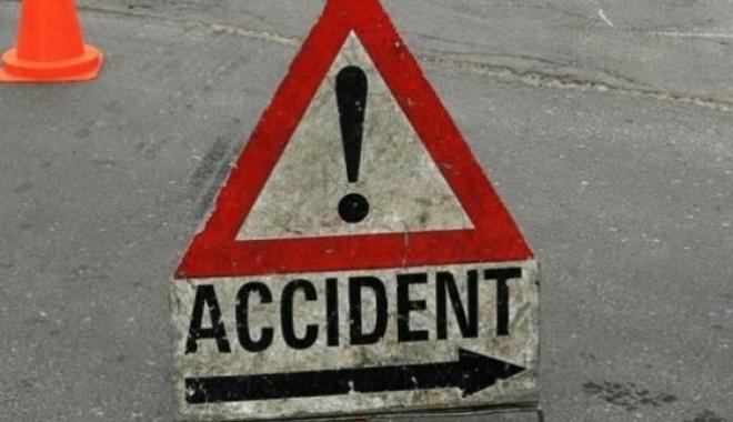 Foto: ACCIDENT, în Eforie Sud. O maşină a intrat într-un copac