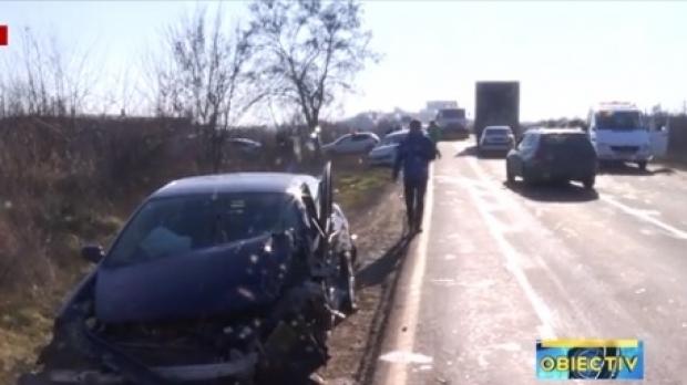 Foto: TREI MAŞINI DISTRUSE, în urma unui accident rutier