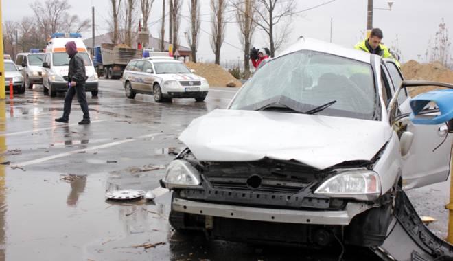 Foto: La un pas de tragedie! Un şofer beat s-a oprit cu maşina într-o conductă de gaze