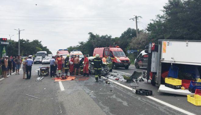 Foto: Trei tineri răniţi grav într-un accident, pe drumul spre Costineşti