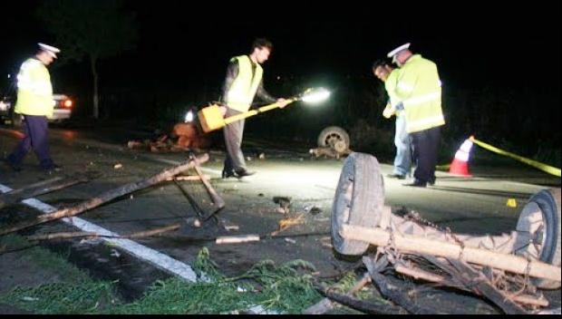 Foto: Un mort şi şase răniţi după ce un autoturism a lovit o căruţă, pe DN 73